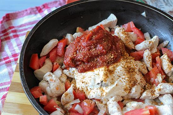 паста с томатным соусом фото курицы и овощей в сковороде