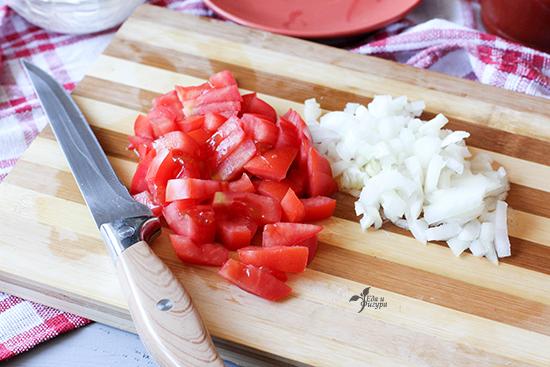 паста с томатным соусом фото лука и помидор, нарезанного кусочками