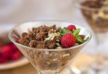 фото диетический шоколадный мусс с малиной