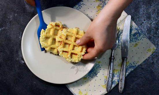 фото вафли из цветной капусты на тарелке