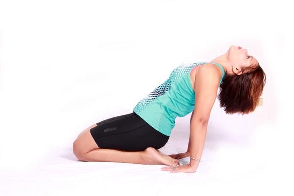упражнение для пресса фото девушки, делающей упражнение
